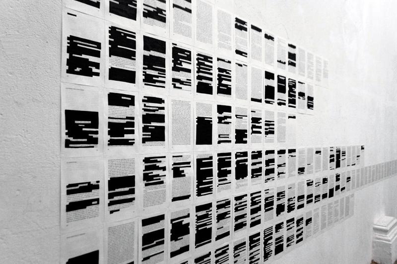 """Detalle de """"Intento frustrado de enumeración y explicación de todos aquellos elementos que resultan superfluos en la construcción de una catedral"""", videoinstalación. Marla Jacarilla, 2013"""