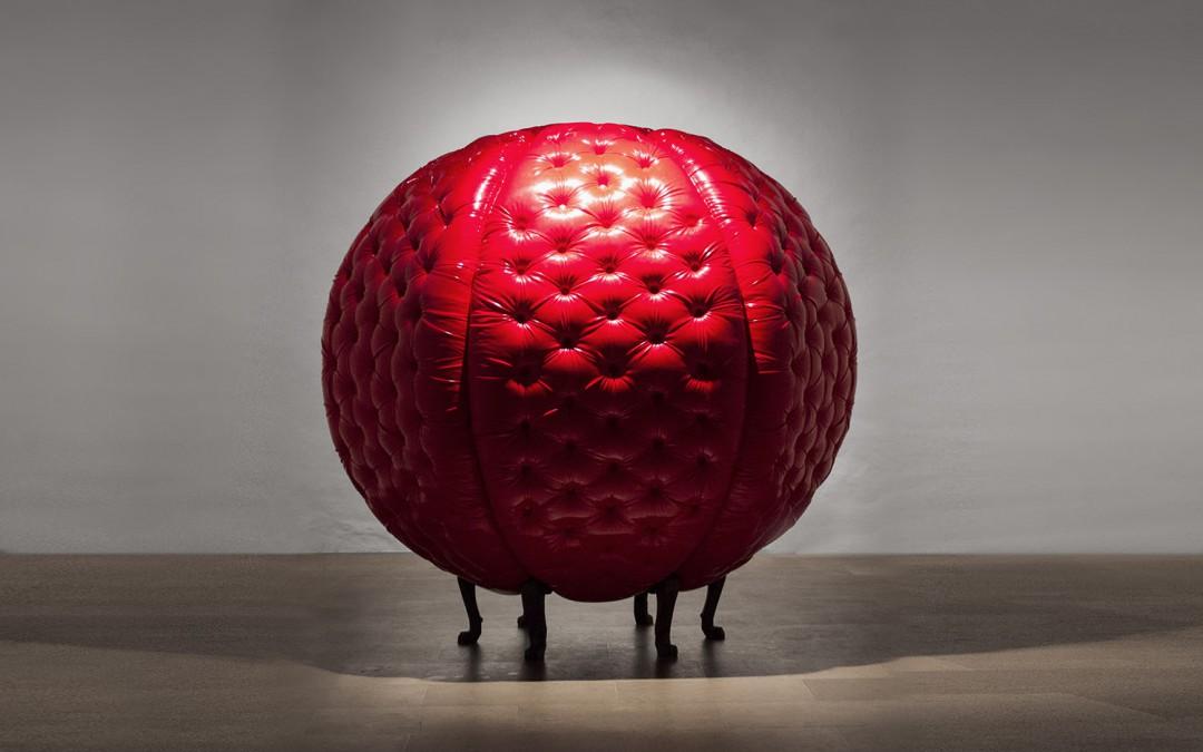 """""""Sweet"""", madera y tapizado en vinilo, 200x195x195 cm. Carlos Nicanor, 2014"""