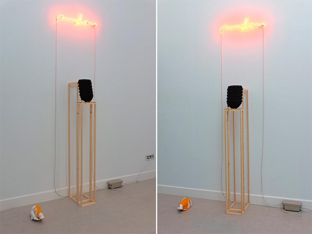 """""""Rumdom"""", neón, 79 x 16 cm. """"Mask"""", jesmonite, esmalte en spray, 27 x 18 x 4 cm y pedestal en madera de 30 x 20 x 150 cm. """"Puzzled"""", escayola y pintura acrílica, 15 x 25 x 12 cm. Javier Chozas, 2017"""