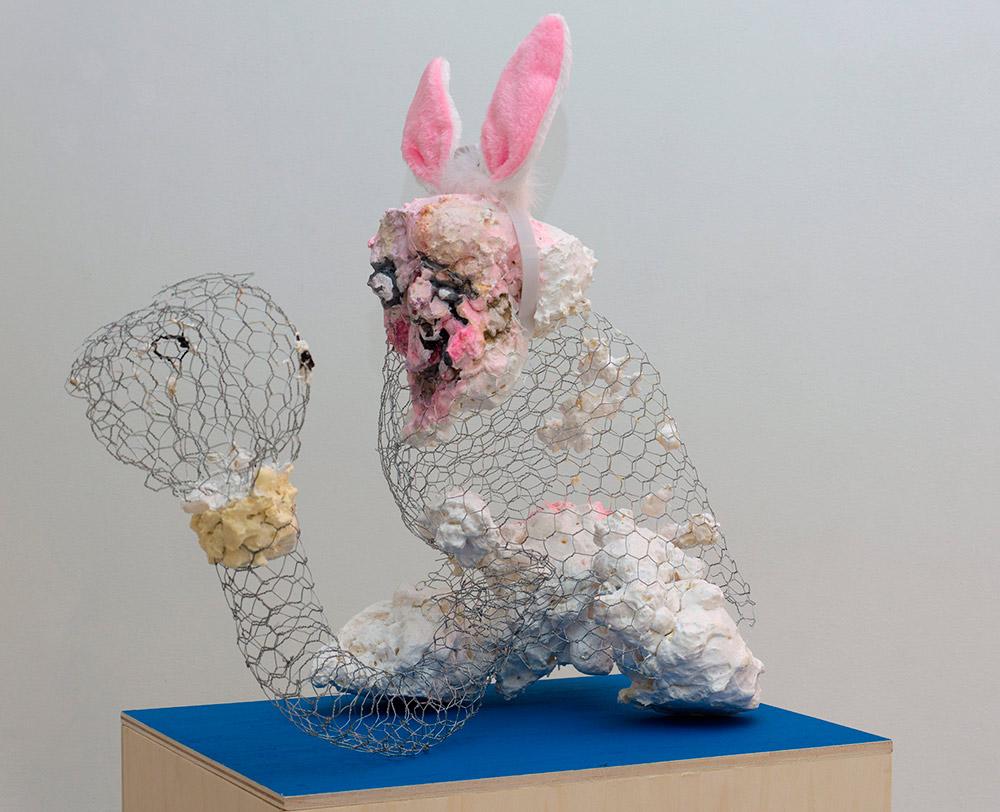 """""""Licking peeking rabbit"""", malla de acero, espuma de poliuretano, orejas de peluche y pintura acrílica, 60 x 60 x 60 cm. Javier Chozas, 2017"""