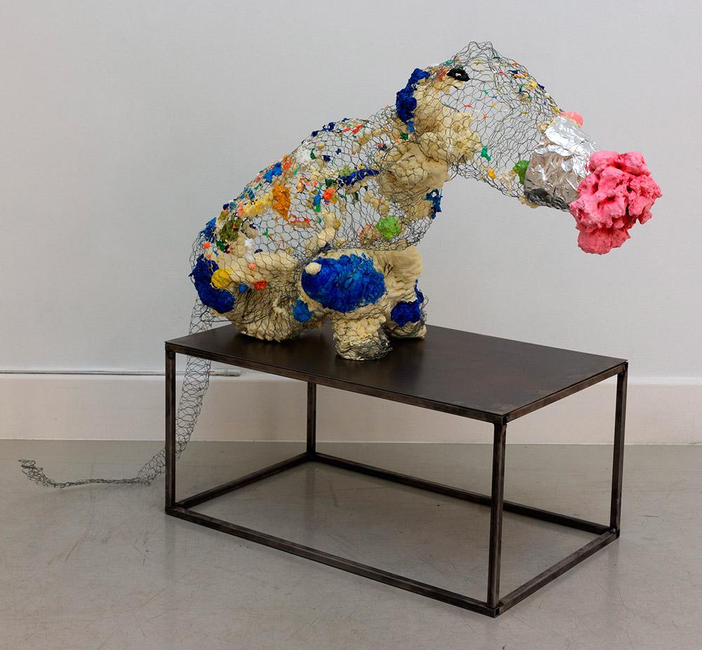 """""""Sexy creamy sniffer"""", malla de acero, espuma de poliuretano y pintura acrílica, 85 x 40 x 50 cm. Pedestal en acero, 30 x 40 x 60 cm. Javier Chozas, 2017"""