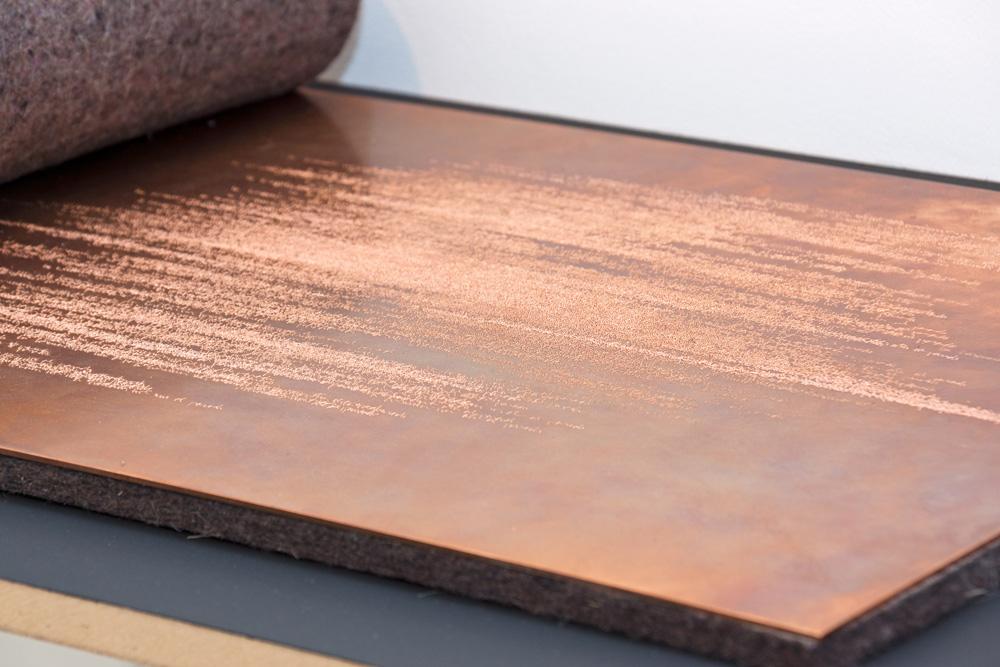 """Detalle de instalación """"Sin título"""", texto grabado sobre plancha de cobre, 35x50 cm. Tito Pérez Mora, 2014"""