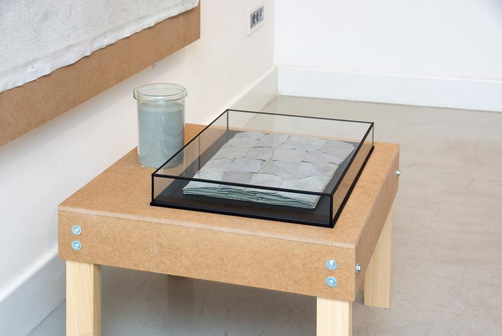 """Lijas y pigmento, detalle de la instalación """"Sin título"""", técnica mixta, 150x150x100 cm. Tito Pérez Mora, 2014"""
