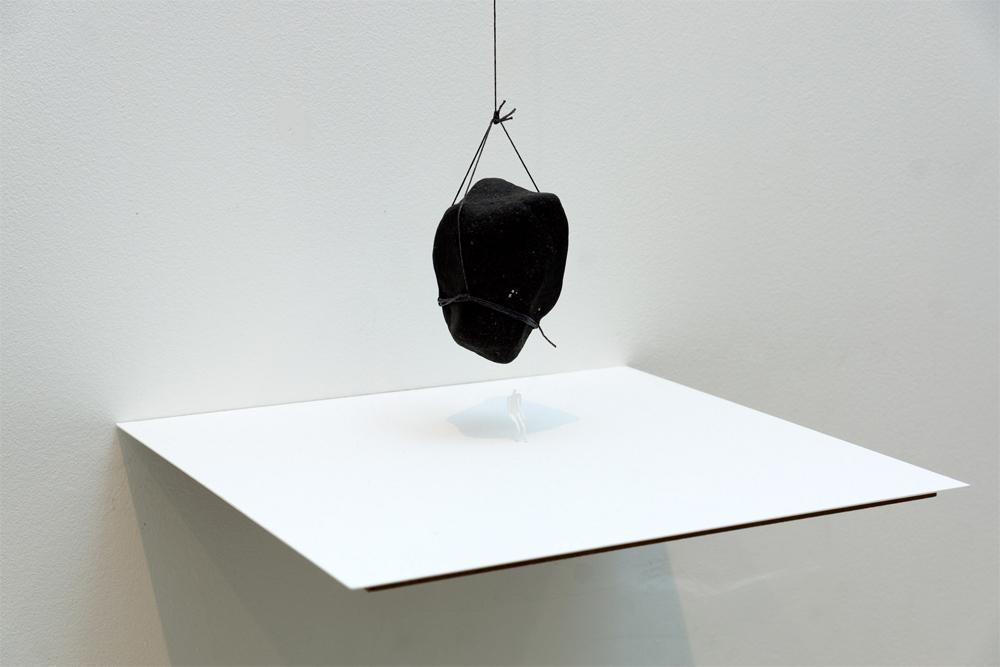 """""""Sin título"""", instalación: piedra, hilo y papel, 40x40x300 cm. Tito Pérez Mora, 2013"""