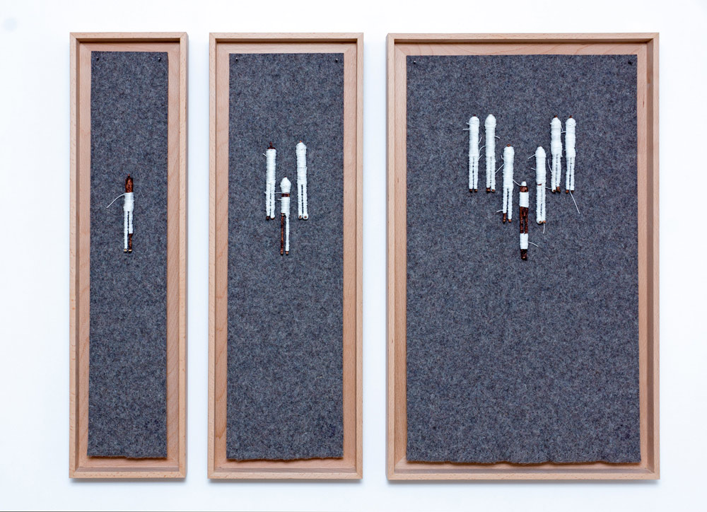 """""""Sin título"""", escultura: madera, hilo y fieltro. Distintas medidas. Tito Pérez Mora, 2013"""