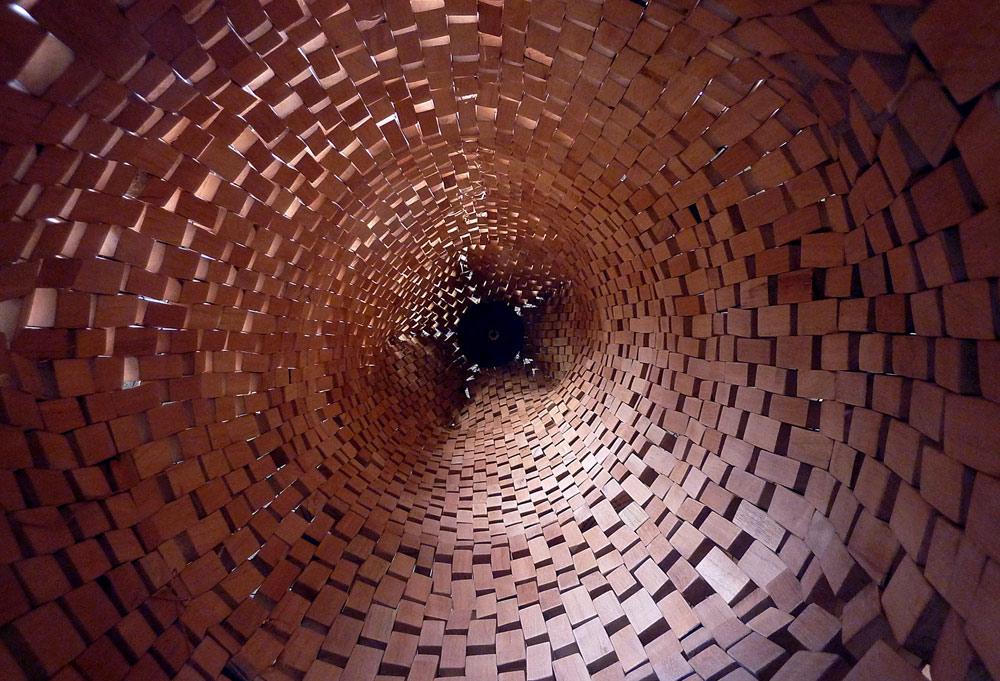 "Detalle de ""Vaina"", madera de cedro e hilo, 260x50x50 cm. Carlos Nicanor, 2010"