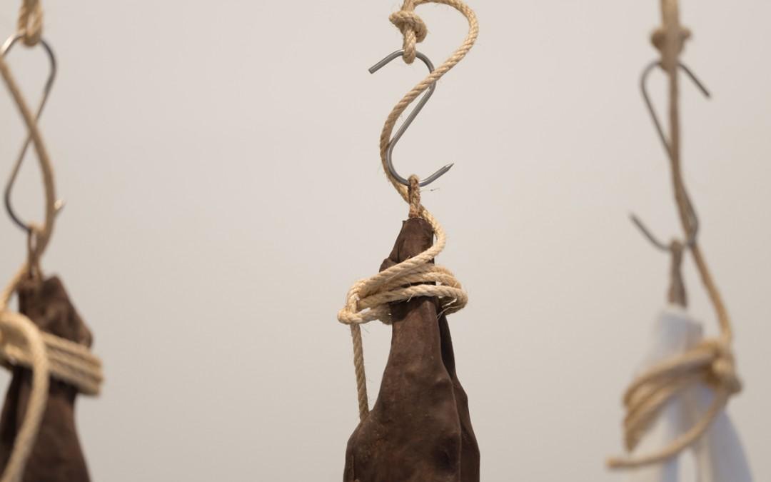 """Detalle de la instalación """"Un cordero después de haberle explicado lo que es el arte contemporáneo"""", resina acrílica, 110x35x10 cm c/u. Manuel Franquelo Giner, 2016"""