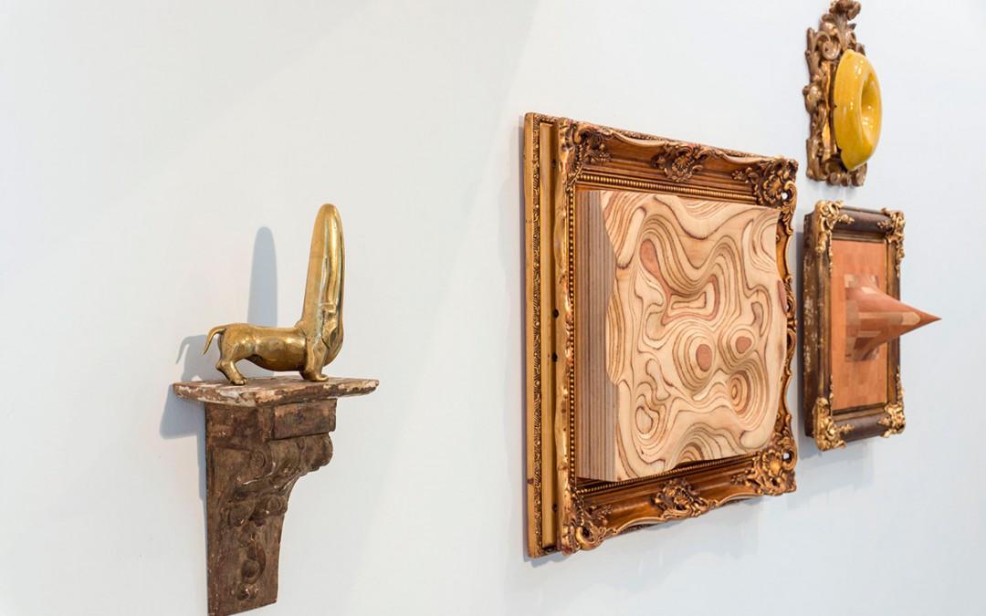 """""""My friend"""", latón macizo, 16x13x5 cm, 2009. """"La isla de la Tortuga"""", madera laminada y marco, 50x61x7 cm, 2016. """"Naturaleza muerta"""", madera lacada y marco, 31x23x6 cm, 2016. """"El retraso de Felipe V"""", madera y marco, 40x35x19 cm, 2016. Carlos Nicanor"""