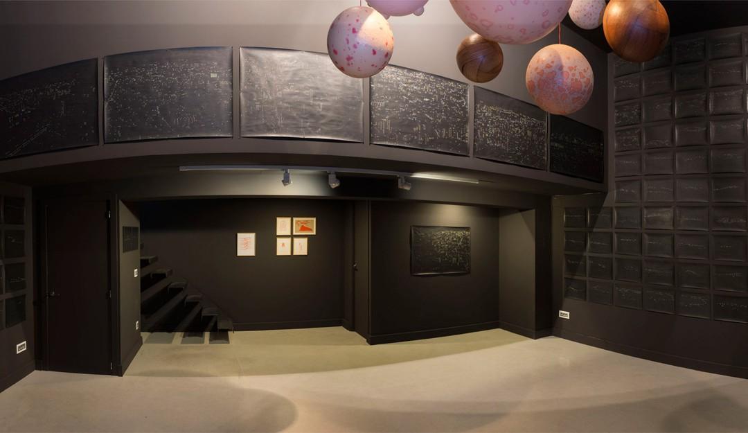 """Vista panorámica de la sala en """"Constelaciones dismórficas"""": dibujos de lápiz sobre papel y esculturas de óleo sobre resina plástica y fibra de vidrio, medidas variables. Rosalía Banet, 2015"""