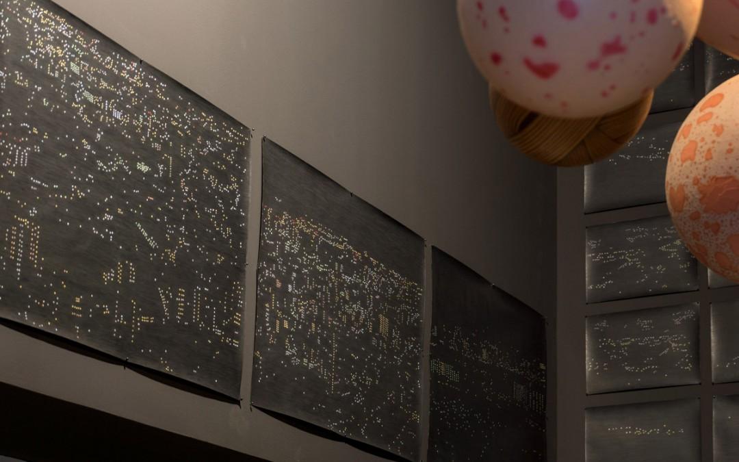 """""""Constelaciones humanas"""" (Tokio), lápiz sobre papel, 70x100 cm c/u, y """"Esferas enfermas"""", óleo sobre resina plástica y fibra de vidrio, medidas variables. Rosalia Banet, 2015"""