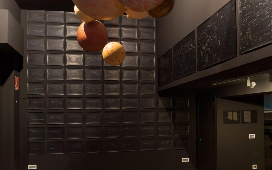 """Vista de la sala en """"Constelaciones dismórficas"""". Dibujos de lápiz sobre papel y esculturas de óleo sobre resina plástica y fibra de vidrio, medidas variables. Rosalía Banet, 2015"""