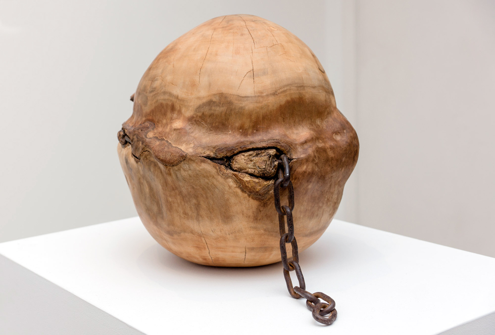 """""""Proto"""", madera y hierro, 30 cm de diámetro. Salim Malla, 2015"""