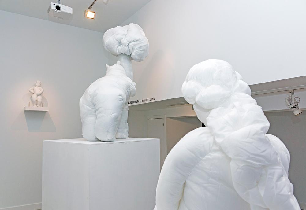 "Izda: ""Yo hago el meón"", tela con algodón, 60x20x30 cm. Centro: ""Yo hago el madroño"", tela con algodón, 175x90x90 cm. Dcha: ""Yo hago la sirenita"", tela con algodón, 90x90x80 cm. Takako Okumura, 2016."