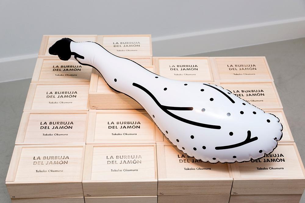 """""""La burbuja del jamón"""", globo, 65x16x18 cm (serie de 300). Takako Okumura, 2016."""