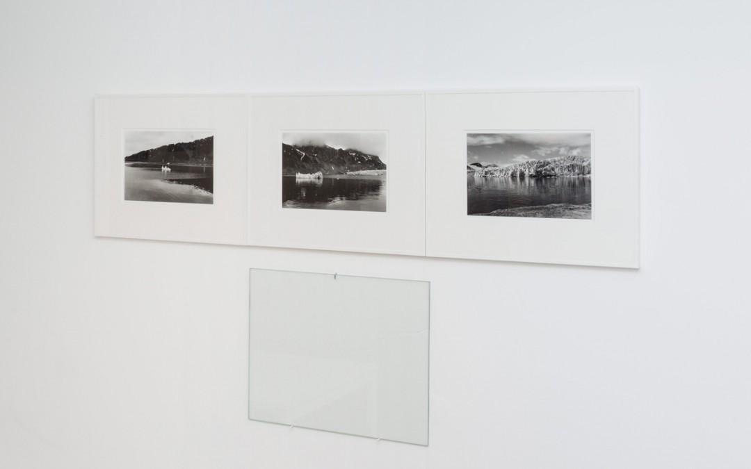 Instalación S/T, tríptico fotográfico, papel, vidrio (33x40 cm c/u), Tito Pérez Mora, 2016