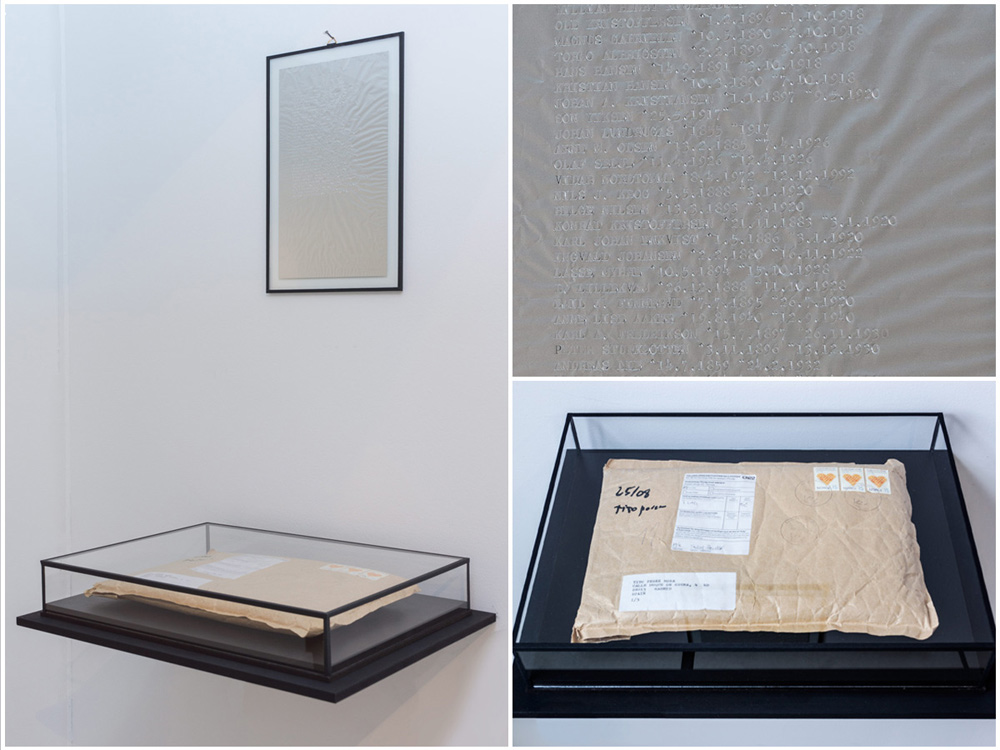 S/T, instalación: papel de aluminio mecanografiado, bandera, sobre de kraft, urna de vidrio 75x45x35 cm. Tito Pérez Mora, 2015