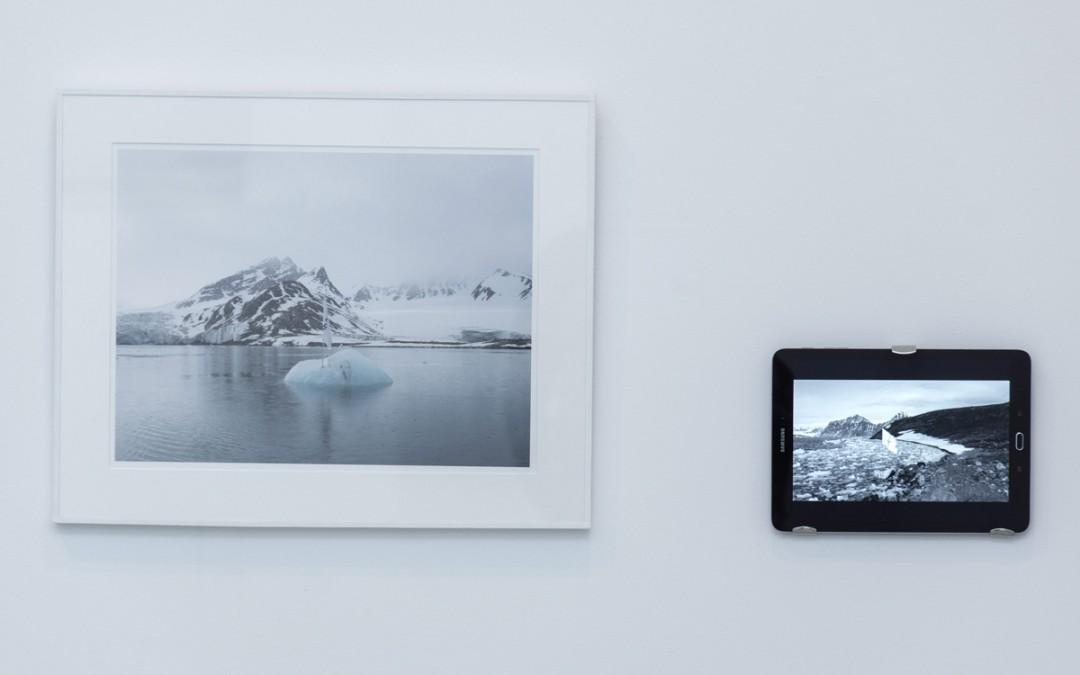 """S/T, fotografía digital impresa, 35x55 cm, y vídeo """"1/8"""", 2' 09''. Tito Pérez Mora, 2015"""