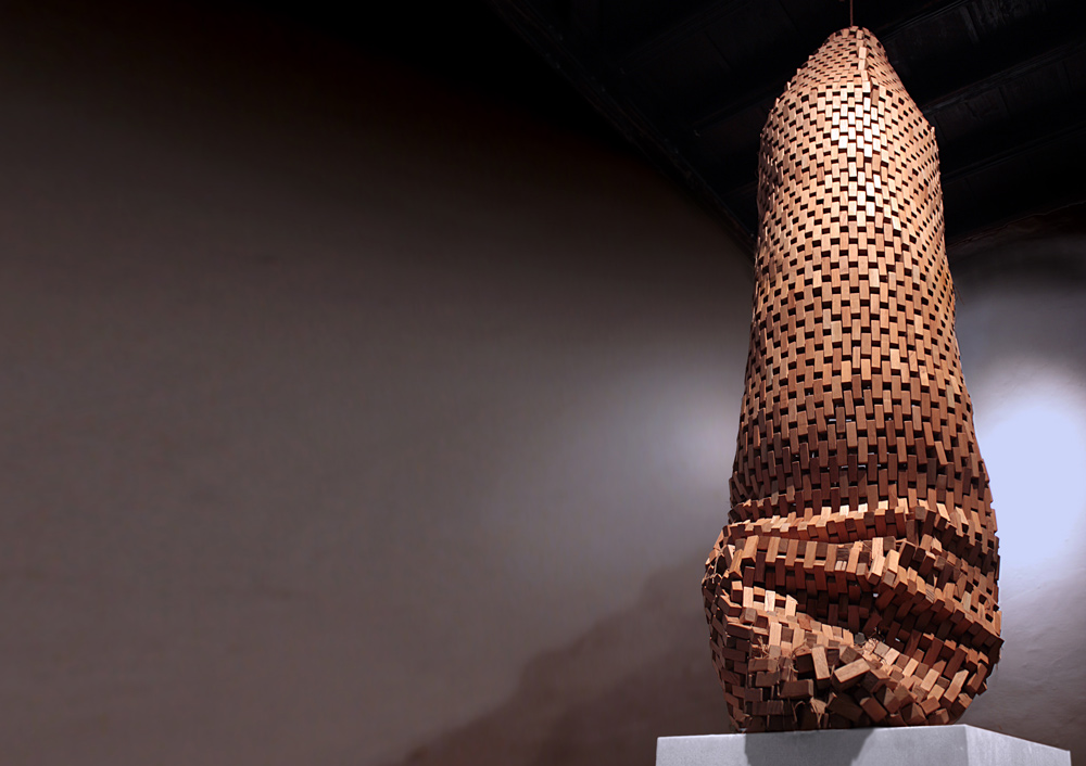 """Vaina"", madera de cedro e hilo, 260x50x50 cm. Carlos Nicanor, 2010"