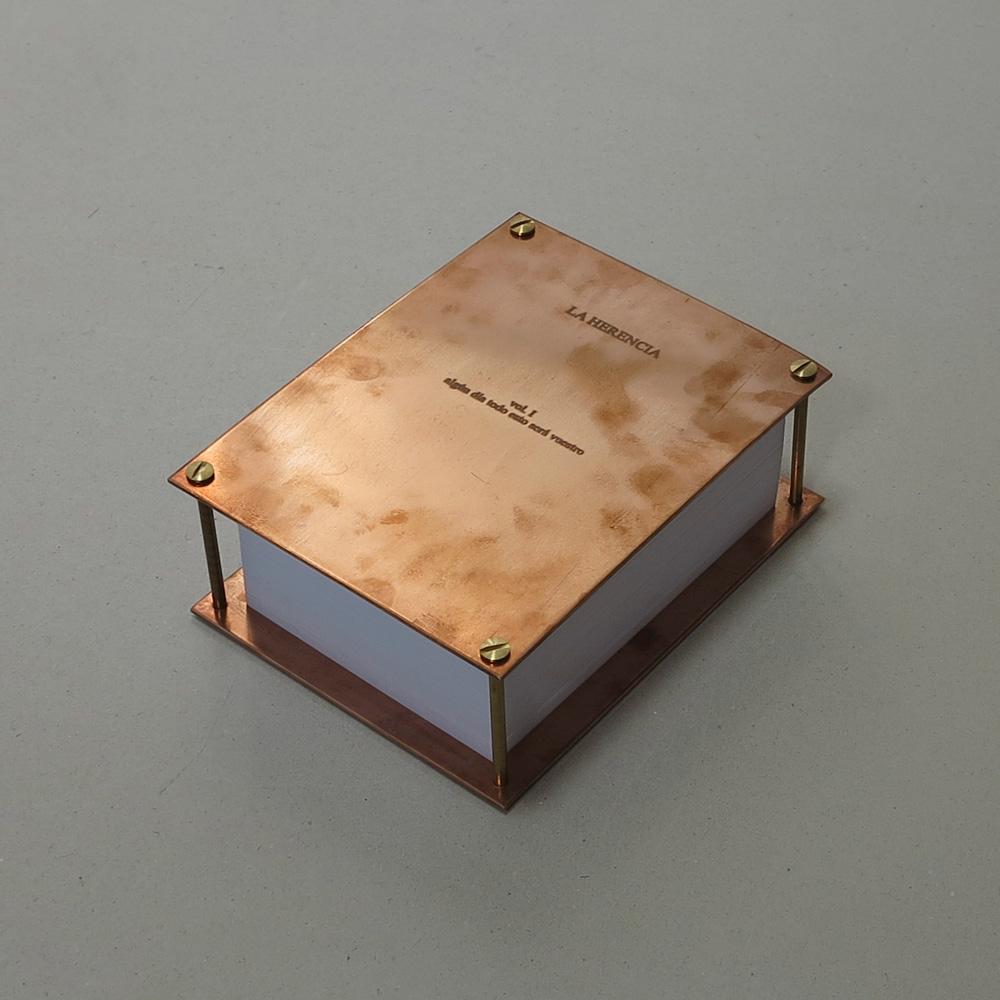 """""""Sin título. Vol I"""", libro cobre, fieltro y papel, 15x20x7 cm. Tito Pérez Mora, 2013"""