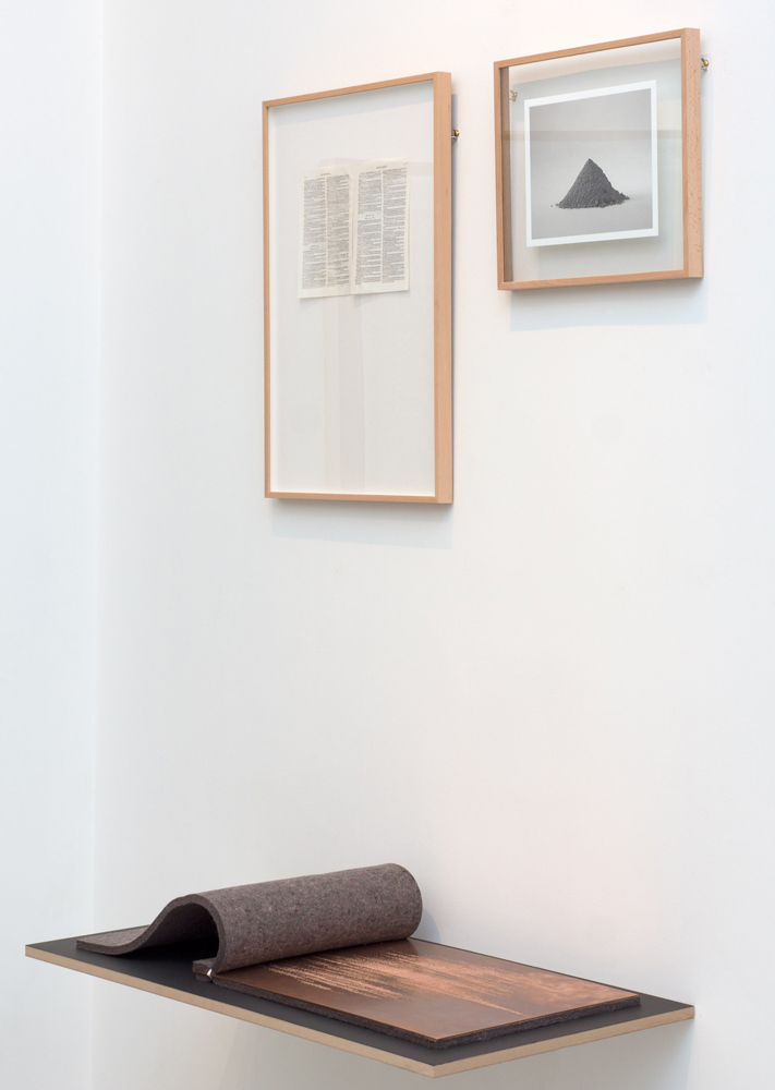 """""""Sin título"""", técnica mixta, 60x40 cm, """"Ceniza"""", fotografía analógica impresa, 20x25 cm y """"Sin título"""", texto grabado sobre plancha de cobre, 35x50 cm. Tito Pérez Mora, 2014"""