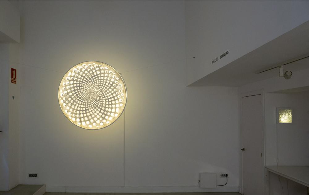 "Vista frontal de la obra ""Oh, Fibonacci!"", papel, metal e instalación eléctrica. Rosó Cusó, 2014"