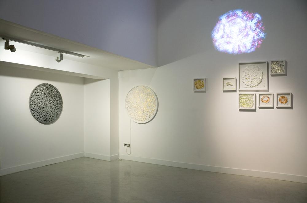 """Vista de la sala en """"Iluminados"""", exposición de Rosó Cusó en Twin Gallery, 2014"""