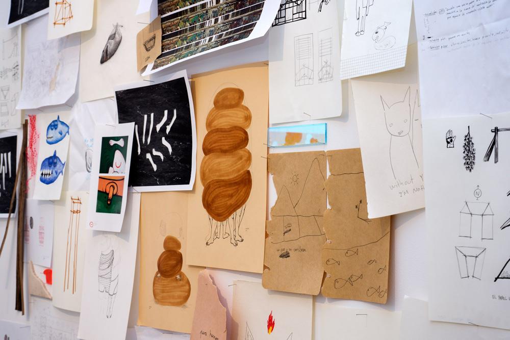 """Instalación """"Collage"""" compuesta por bocetos de los seis artistas que participaron en la muestra. Twin Gallery, 2014"""