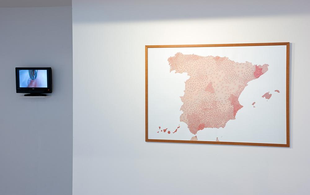 """Vídeo """"Doble erosión"""" y """"Cartografías del dolor de España (Suicidios)"""". Rosalía Banet, 2013"""