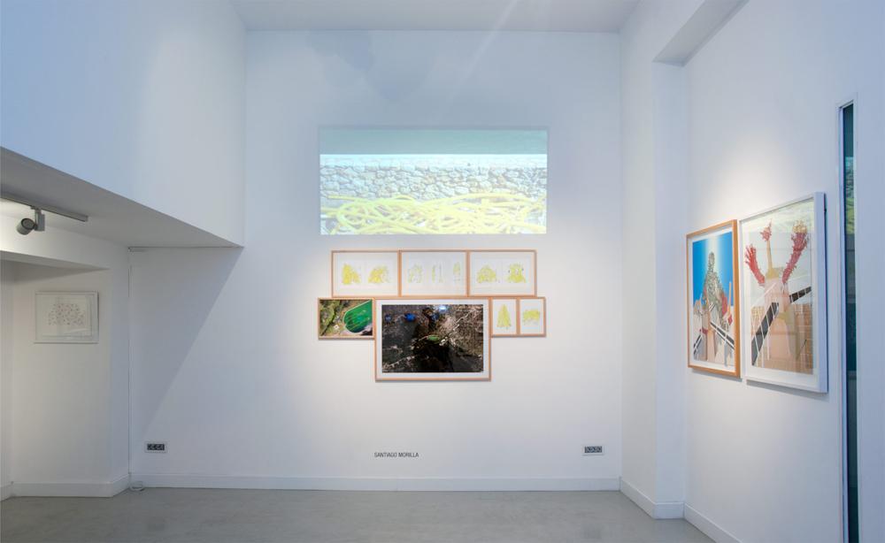 """Proyección del vídeo """"Invisible Bath"""". Mosaico de dibujos """"Refugios mal construidos"""" y fotografías """"Invisible bath aerieal view"""". Santiago Morilla, 2013"""