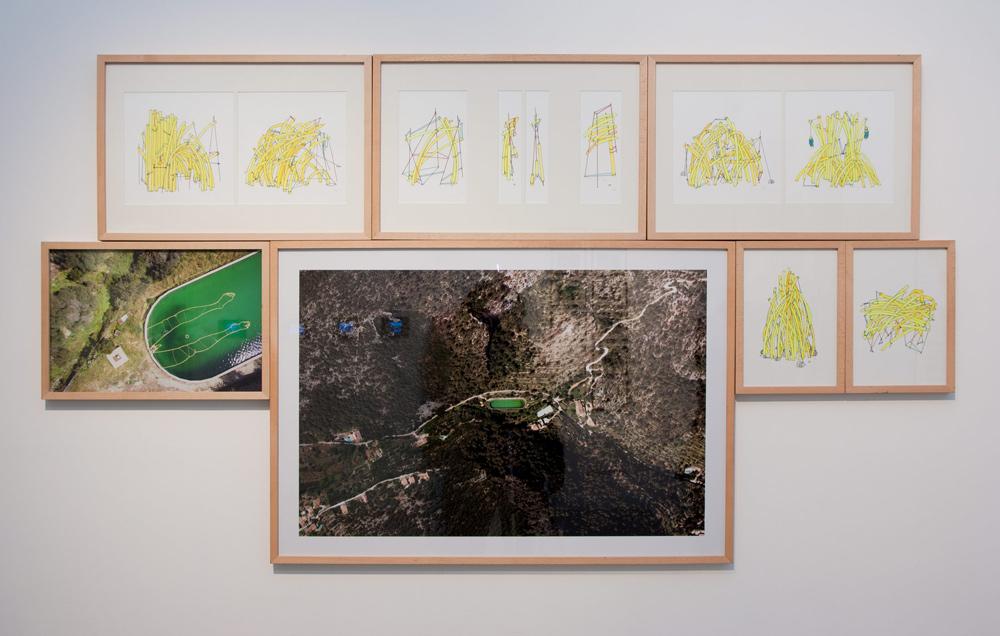 """Dibujos """"Refugios mal construidos (opus #01-#03)"""", y fotografías """"Invisible Bath (aerial view #01 y #02)"""". Santiago Morilla, 2013"""