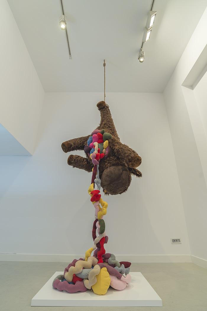 """""""Baby calf"""", estructura de espuma reticulada rellena de guata, forro en peluche cosido a mano y ojos de poliéster pulido, 200 x 80 x 80 cm. Manuel Franquelo Giner, 2017"""
