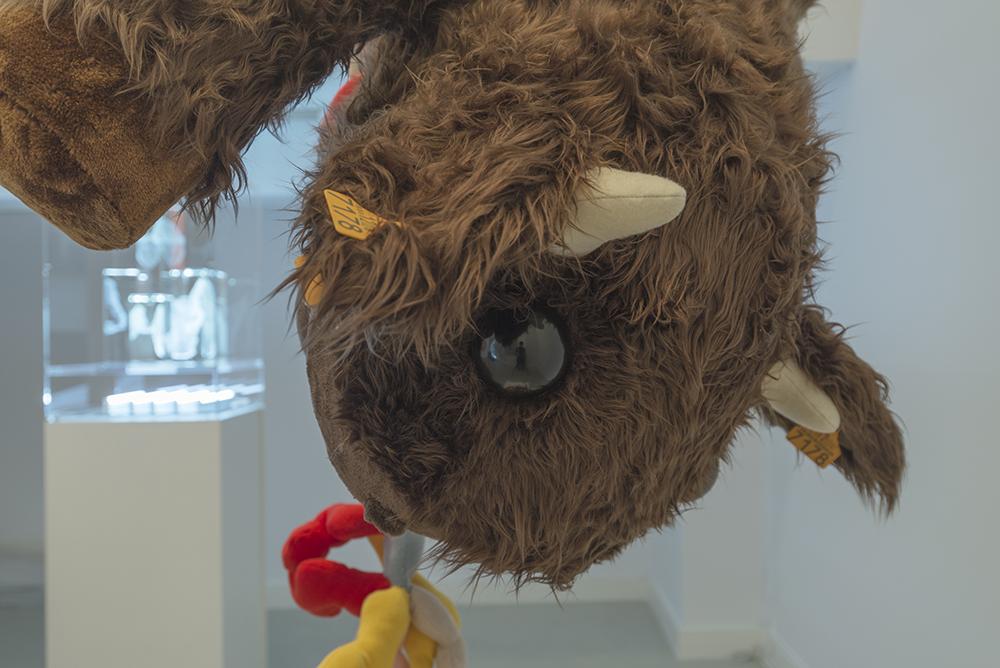 """Detalle de """"Baby calf"""", estructura de espuma reticulada rellena de guata, forro en peluche cosido a mano y ojos de poliéster pulido, 200 x 80 x 80 cm. Manuel Franquelo Giner, 2017"""