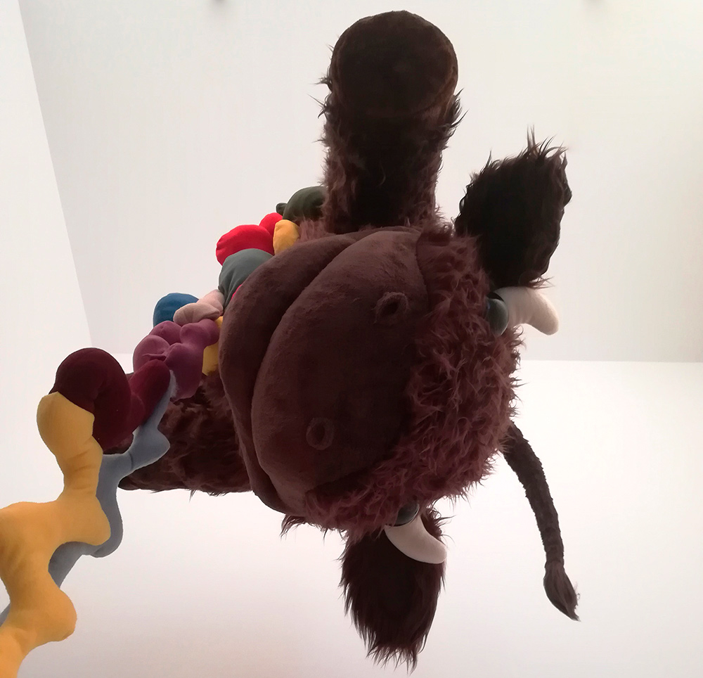 """""""Baby calf"""", estructura de espuma reticulada rellena de guata, forro en peluche cosido a mano y ojos de poliéster pulido, 200x80x80 cm. Manuel Franquelo-Giner, 2017"""