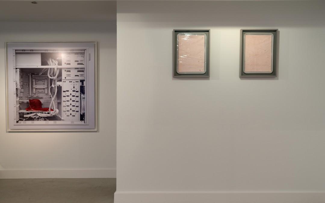 """Izda. """"The artificial being is a reality of perfect simulacrum"""", impresión inkjet sobre papel Hahnemühle Rag Baryta montado en dibond composite, 115x115 cm. Dcha.  """"Manufacturing the self"""", impresión inkjet sobre piel de Gesso acrílico, 37x47x5 cm. Manuel Franquelo Giner, 2015 y 2016"""