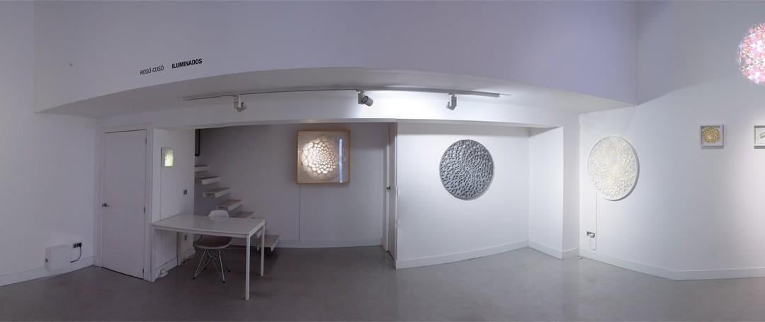 """Vista panorámica de la sala en """"Iluminados"""". Rosó Cusó, 2014"""