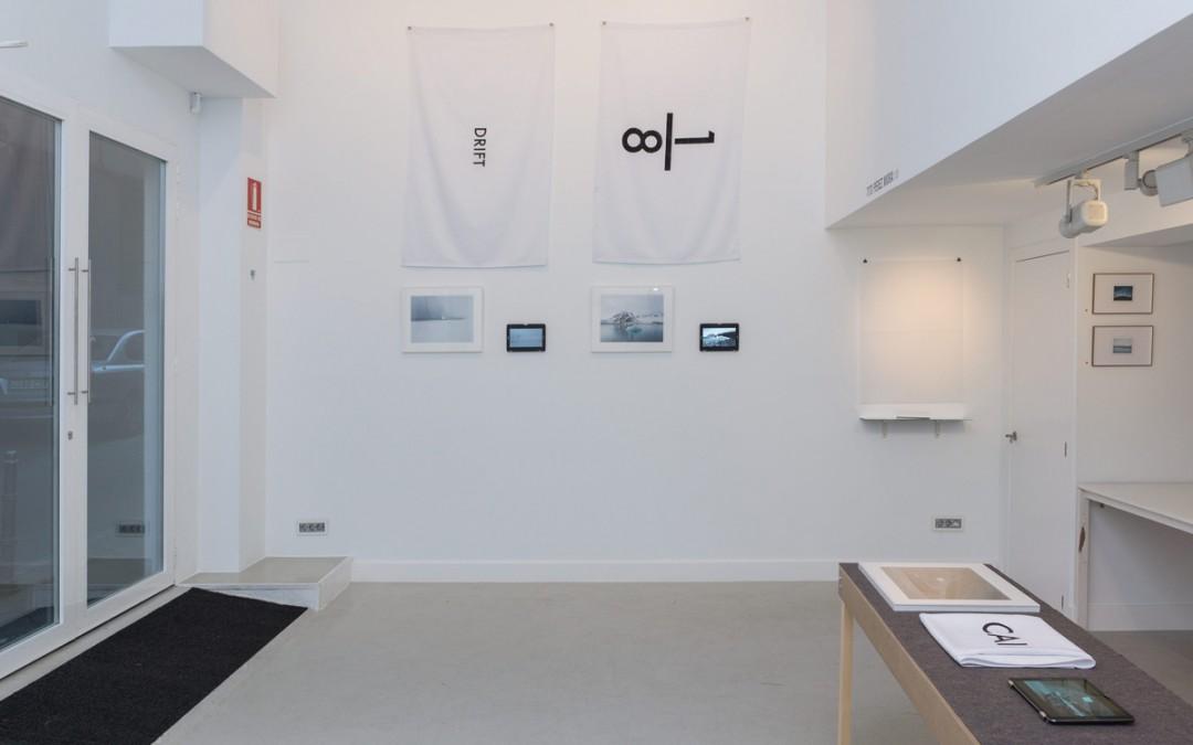 """Vista de la sala en exposición """"1/8"""", fotografía, vídeo, instalación. Tito Pérez Mora, 2016"""