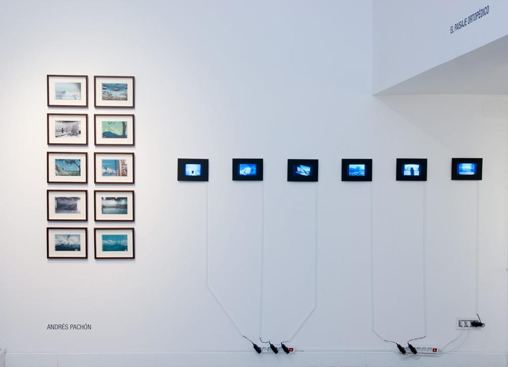 """Izda: serie de fotografías """"Evidencia"""" 1-10, impresión digital sobre pankaster, 13×20 cm. Dcha: """"Dioramas"""", 1-6, vídeo digital. Andrés Pachón, 2013"""