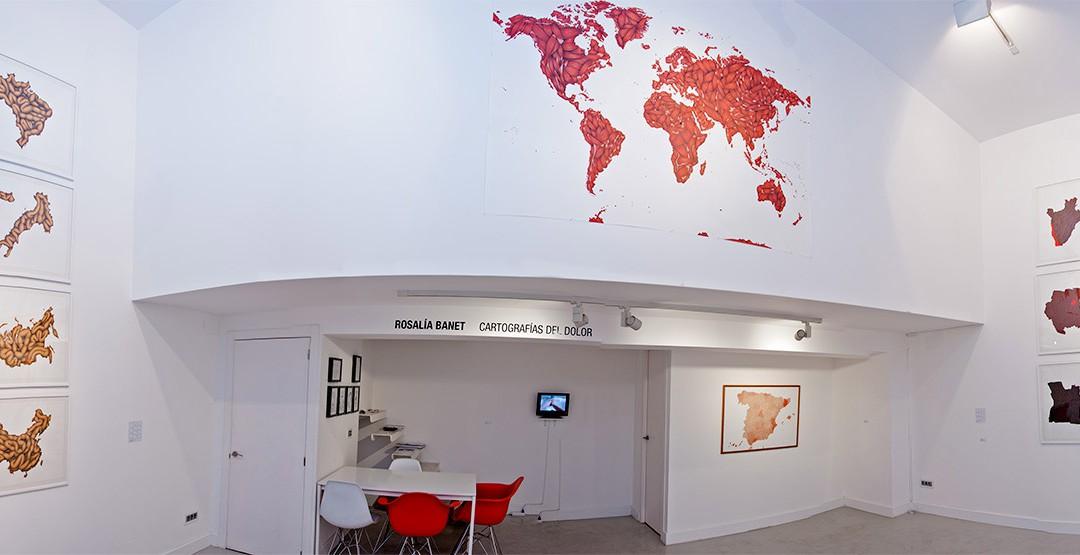 """Vista panorámica de la sala en la exposición de Rosalía Banet """"Cartografías del dolor"""""""