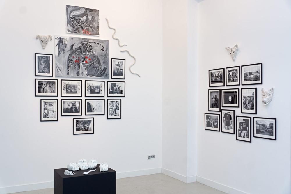 "Vista de la sala en ""The black mark"": fotografías, cerámicas y pinturas. Aitor Saraiba en Twin Gallery"