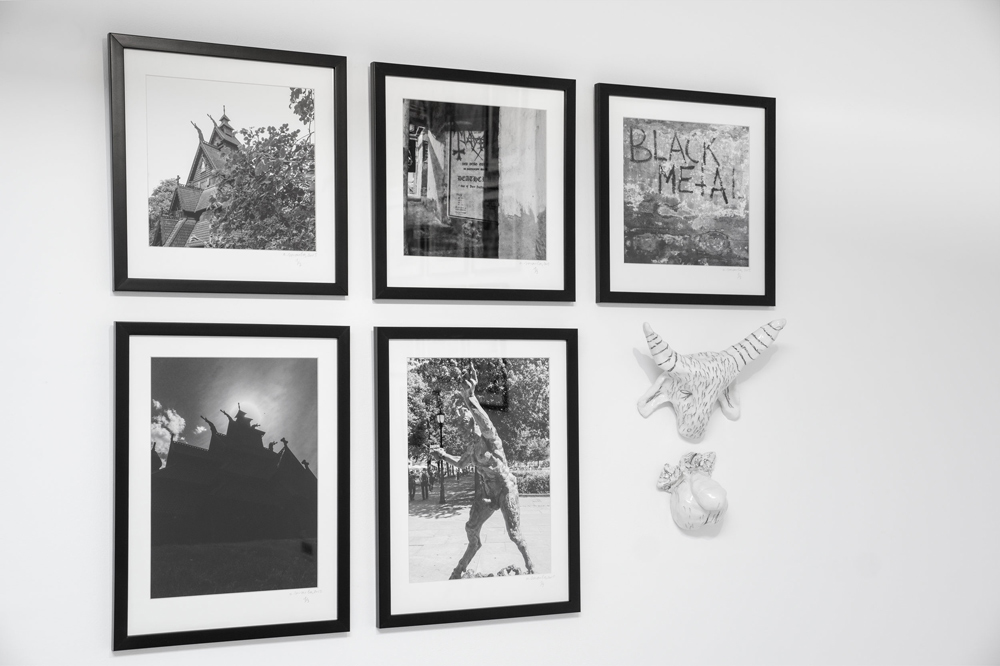 """Fotografías """"Sin título"""" de la muestra """"The black mark"""",  35 mm b/n, y esculturas de cerámica y grafito. Aitor Saraiba en Twin Gallery"""