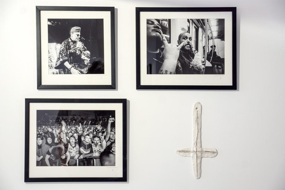 """Fotografías """"Sin título"""" de la muestra """"The black mark"""",  35 mm b/n, y escultura de cerámica y grafito. Aitor Saraiba en Twin Gallery"""