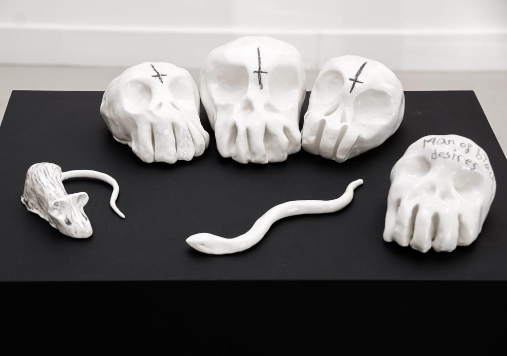 Esculturas de cerámica y grafito, dimensiones variables. Aitor Saraiba, 2014