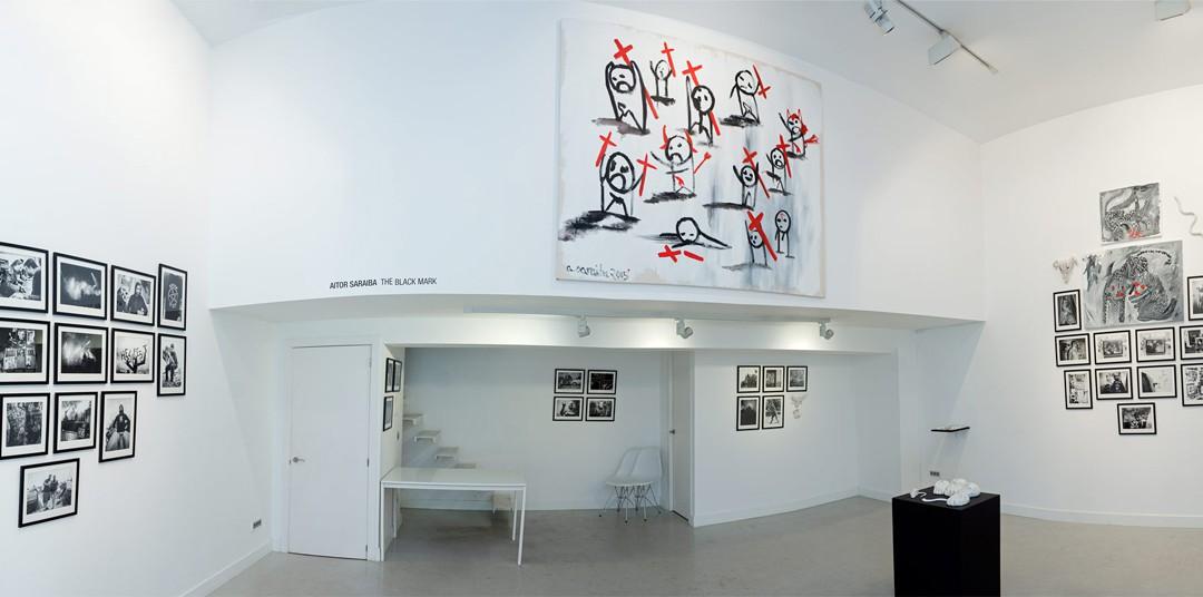 """Vista panorámica de la sala en """"The black mark"""": fotografías, cerámicas y pinturas. Aitor Saraiba en Twin Gallery"""