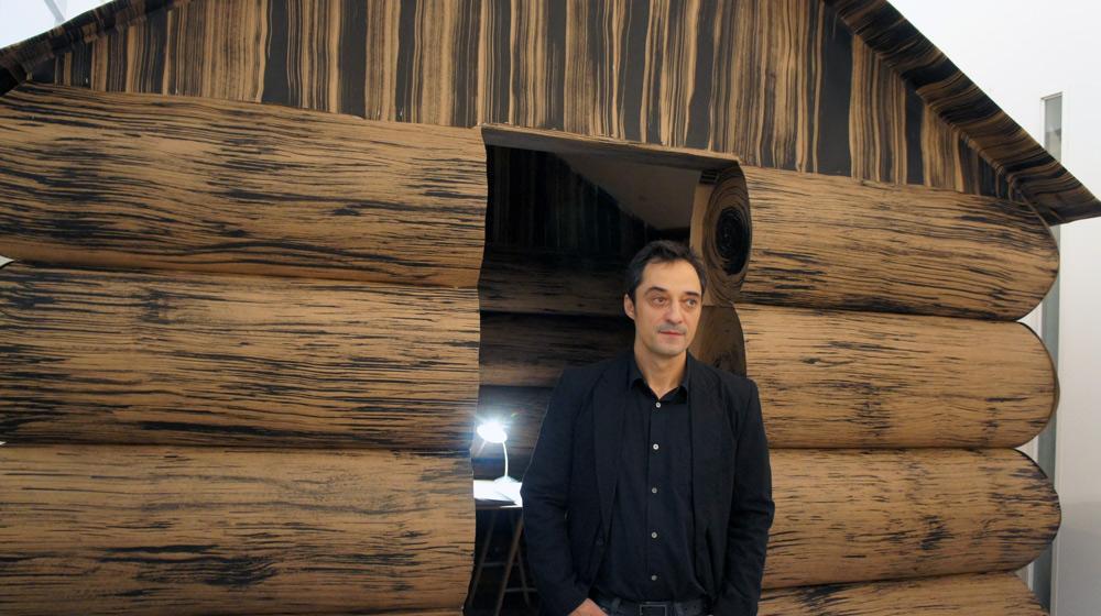 """El artista Pepe Medina junto a su instalación de papel pintado """"Refugio"""" 300x300x300, 2012"""