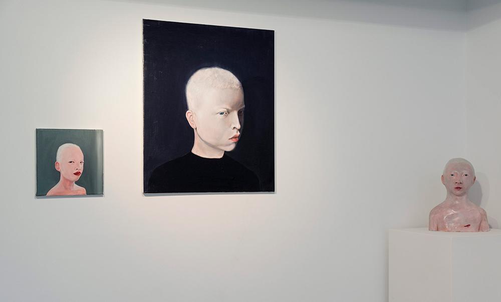 """Gregory"", óleo sobre lienzo, 20x20 cm,  ""Azir (viene la noche)"", óleo sobre lienzo, 55x46 cm, y ""Kuda"", terracota policromada, 27x20x13 cm. Iván Cantos, 2016"