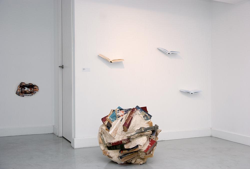 """""""Meteorito I"""", obra de Alicia Martín junto a los libros diseñados por ella para La Gran"""