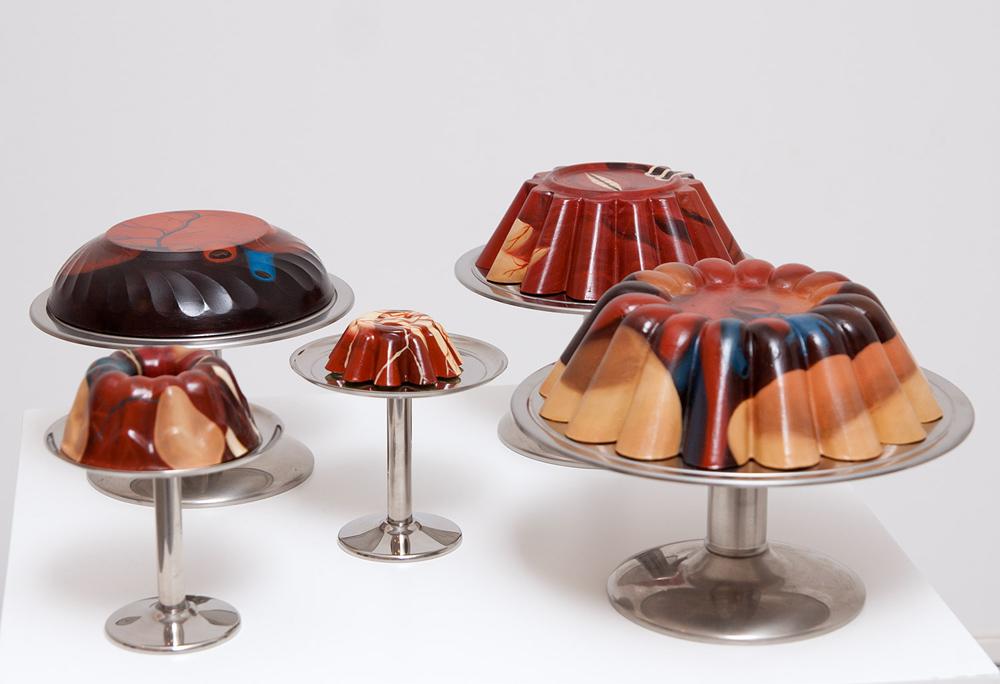 """Instalación serie """"Cake"""", óleo sobre resina de poliuretano, medidas variables. Rosalía Banet, 2005"""