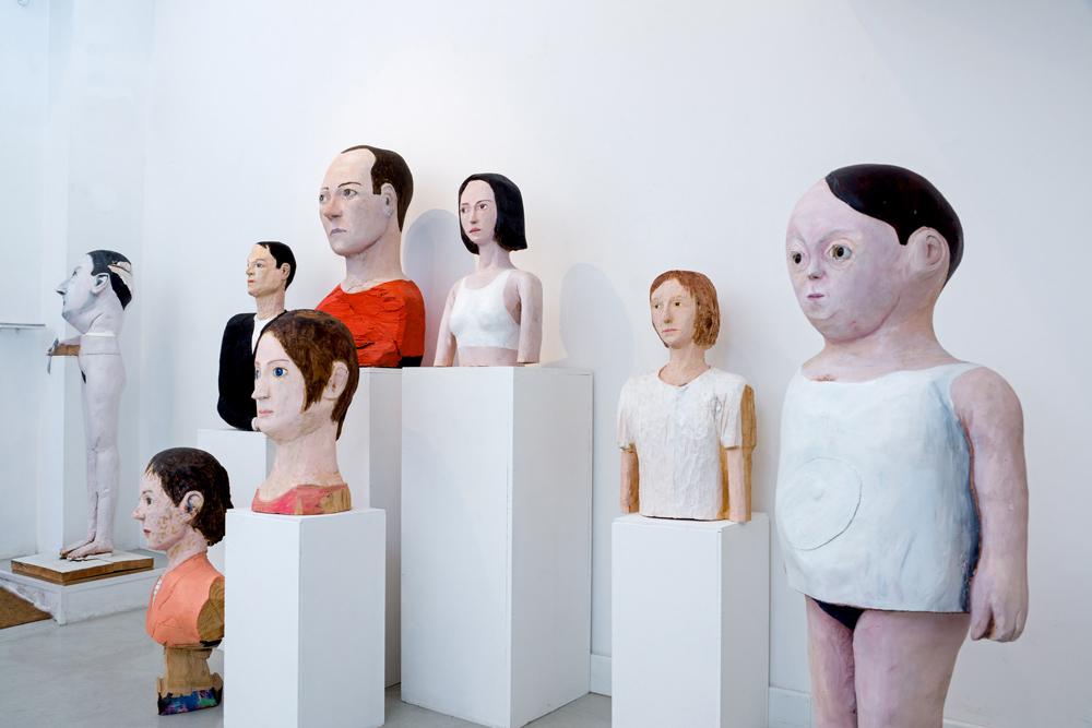 """Esculturas de madera policromada en """"Cabezas Trocadas"""". Iván Cantos, 2014"""