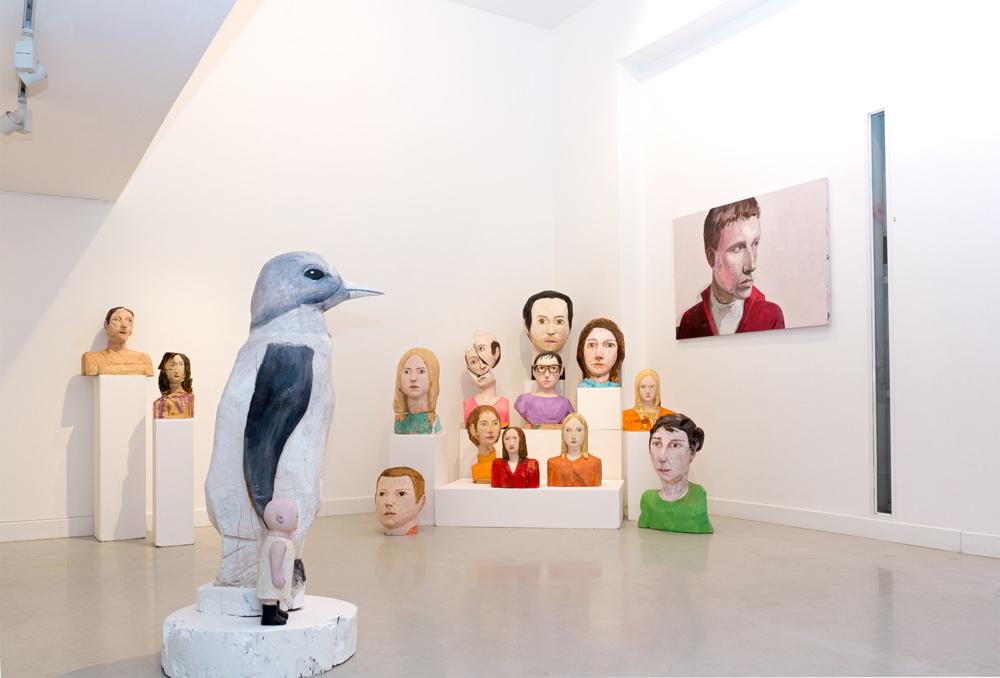 """Esculturas de madera policromada de la """"línea física"""" y """"línea proyecciones"""", distintos tamaños. Iván Cantos, 2014"""