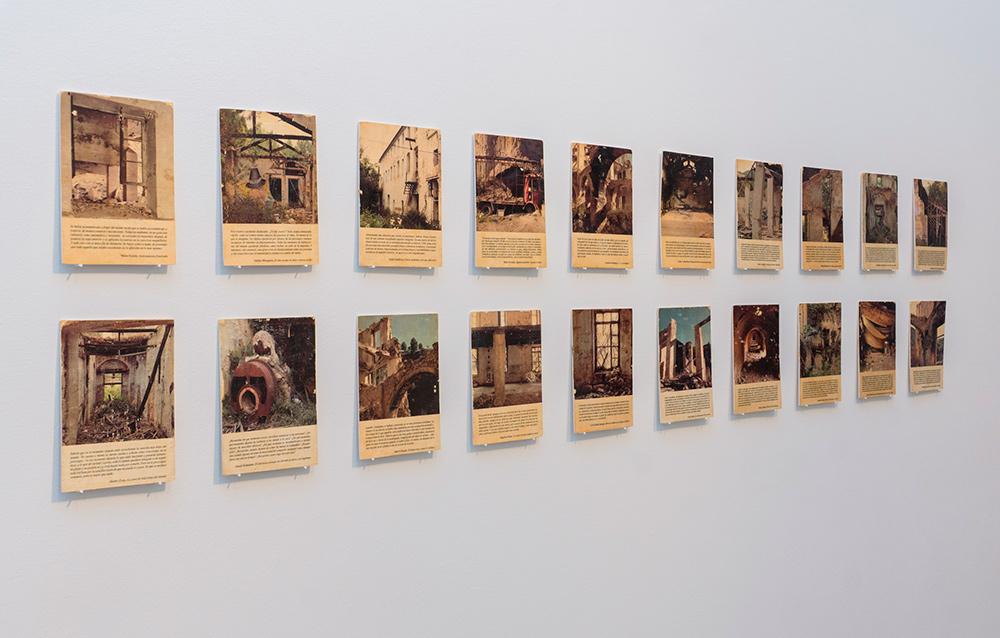 """Instalación """"Do yourself a book (or many)"""", transferencia sobre madera, 18 x13 cm c/u. Serie de 20 piezas únicas. Marla Jacarilla, 2017"""